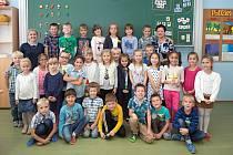 Žáci ze ZŠ Dub nad Moravou s paní učitelkou Václavou Matulovou a školní asistentkou Radmilou Procházkovou