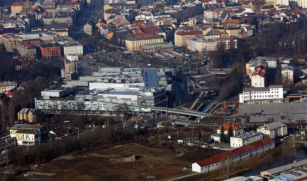 Obchodní centrum Šantovka v Olomouci - na místě parkoviště a dětského hřiště (na snímku vpravo dole) má vyrůst nákupní Galerie 2