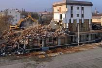 Bourání administrativní budovy bývalého Mila u obchodního centra šantovka