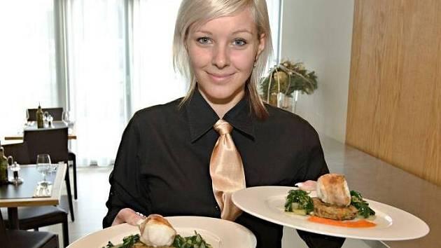 Pozvánka na Grand Restaurant Festival v Olomouci: Filet z mořského ďasa v uzeném vepřovém líčku na blanšírovaném mangoldu s topinamburovými rösti a omáčkou z pečených červených paprik.