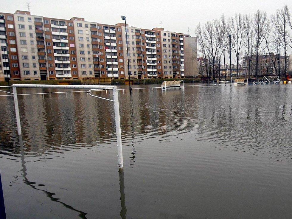 Fotbalové hřiště v olomouckých Nových Sadech připomínalo 5. dubna 2006 spíše bazén