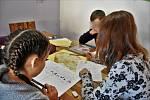 Vychovatelka (vpravo) Dětského domova Olomouc učí své svěřence zeměpis, 20. 10. 2020