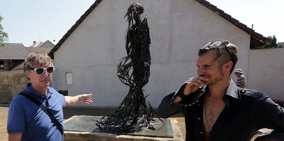 Klára. Socha Jana Dostála (autor na snímku vpravo) na zrekonstruované návsi ve Velkém Týnci