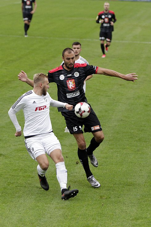 Fotbalisté 1. HFK Olomouc (v bílém) podlehli ve třetím kole domácího poháru Hradci Králové 1:8. Libor Žondra (č.15)