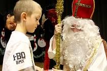 Mikulášské hody se o tomto víkendu konaly ve Štarnově na Olomoucku. Sobotní část nabídla Mikulášský jarmark s vánoční besídkou místních školáků, kde děti tancovaly a zpívaly. Přišel i Mikuláš, čert a anděl.