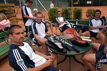 Hokejisté se dobře bavili už před samotným začátkem turnaje. Sedící u stolu (zleva) Tomáš Plekanec, Josef Vašíček, Petr Průcha a Jaroslav Nedvěd.