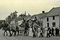 Pohřeb 15letého hocha v roce 1952, který je doprovázen družbou.