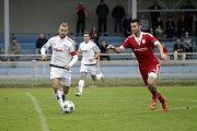 Fotbalisté Uničova porazili 1. HFK Olomouc (v bílém) 3:1. Luboš Horka (vlevo) a Tomáš Komenda (v červeném).