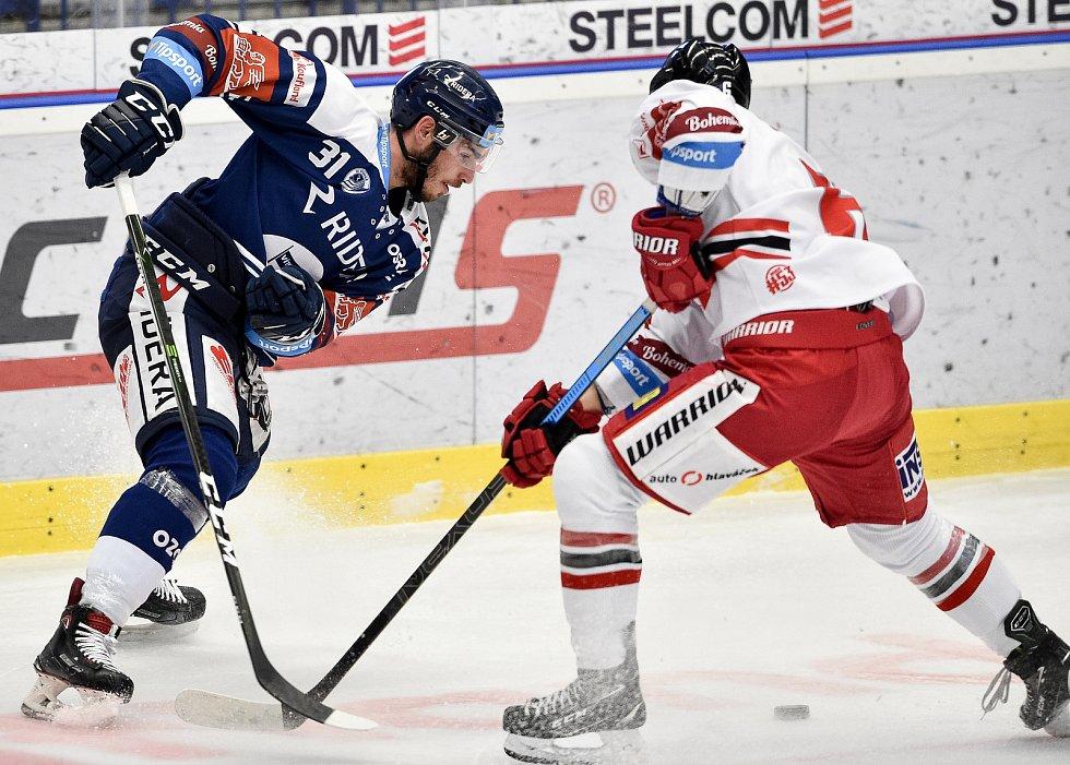 Dohrávka 12. kola hokejové extraligy: HC Vítkovice Ridera - HC Olomouc, 12. ledna 2021 v Ostravě. (zleva) Dominik Lakatoš z Vítkovic a Tomáš Dujsík z Olomouce.