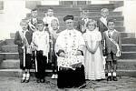 První svaté přijímání. Školáci z Přáslavic (ročník 1939) u prvního přijímání ve Velké Bystřici v roce 1947, na schodech na Římskokatolickou faru.