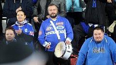David Kobylík (uprostřed) v olomouckém kotli na zápase Sigmy s Opavou