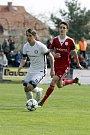 Fotbalisté Uničova porazili Mohelnici (v bílém) 4:0 David Bača (v bílém) a Roman Vasiljev