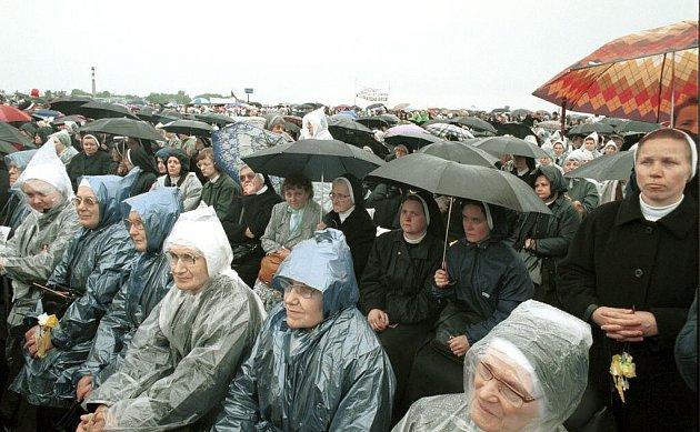Bohoslužba na letišti vOlomouci - Neředíně. Papežskou návštěvu vkvětnu 1995doprovázelo nevlídné počasí - chladno a déšť
