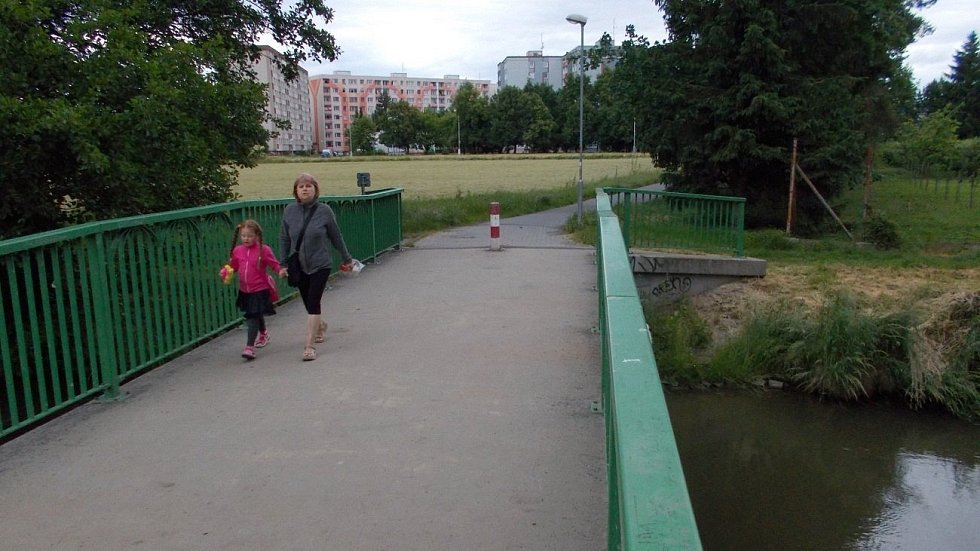 Lávka přes Mlýnský potok - za ním směrem k lazeckému sídlišti má vzniknout nový park