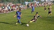 Fotbalisté Nových Sadů (ve žluto-černém) prohráli v předkole MOL Cupu s Rýmařovem 0:2.