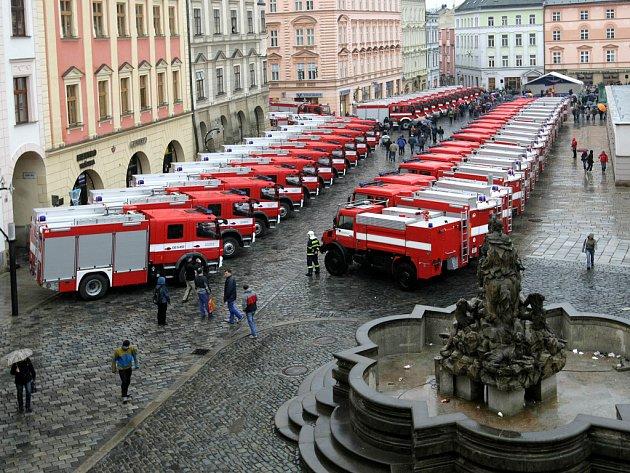 59 zásahových požárních automobilů na náměstí.