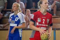 Veronika Hejtmánková (s míčem)