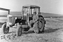 PRVNÍ TRAKTOR. Po mnohaletých obtížích bylo v roce 1957 v Daskabátu založeno Jednotné zemědělské družstvo. Začalo hospodařit na 137 hektarech půdy. Dobytek byl ustájen v soukromých usedlostech. V roce 1960 započala výstavba kravína na ustájení dojnic. Na