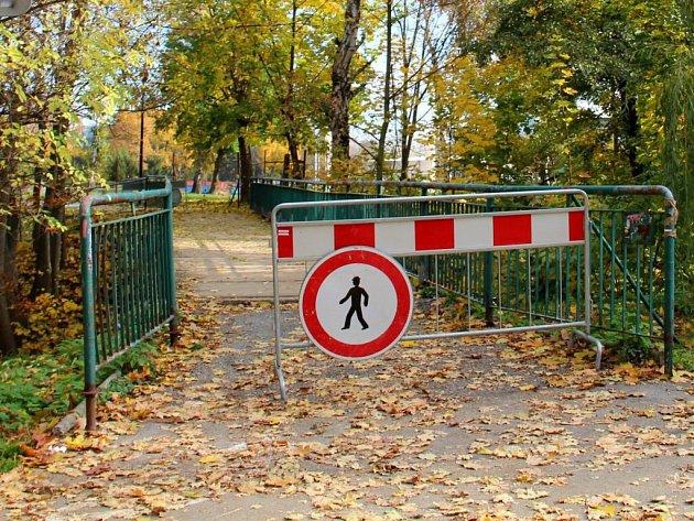Lávka přes Mlýnský potok v Bezručových sadech v Olomouci je kvůli opravám do konce listopadu zavřená.