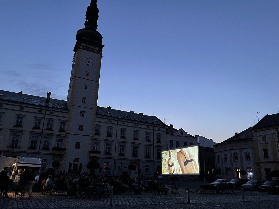 Kinematograf bratří Čadíků ve středu večer na náměstí Př. Otakara v Litovli nabídl divákům českou komedii 3Bobule, 14. července 2021