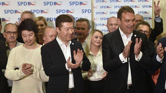 Předseda hnutí Svoboda a přímá demokracie (SPD) Tomio Okamura (uprostřed) na tiskovce k volebnímu úspěchu. Vpravo je místopředseda hnutí Radim Fiala, vlevo s