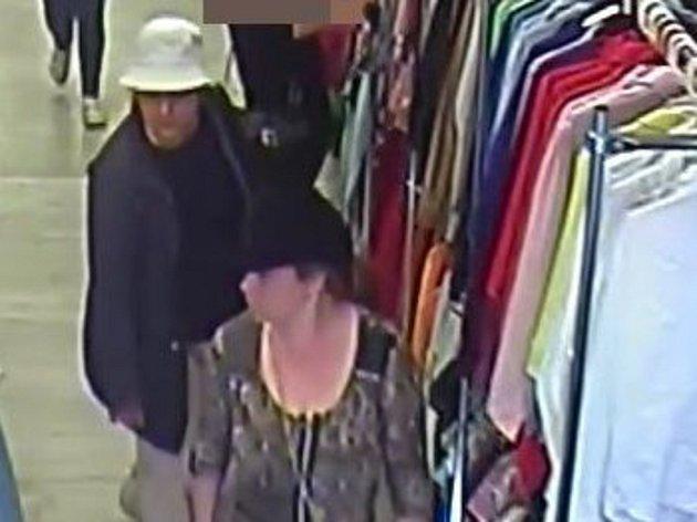 Po ženách, které ukradly peněženku pátrají olomoučtí policisté. Krádež se stala 18. dubna vpodvečer vjedné zprodejen soděvy.