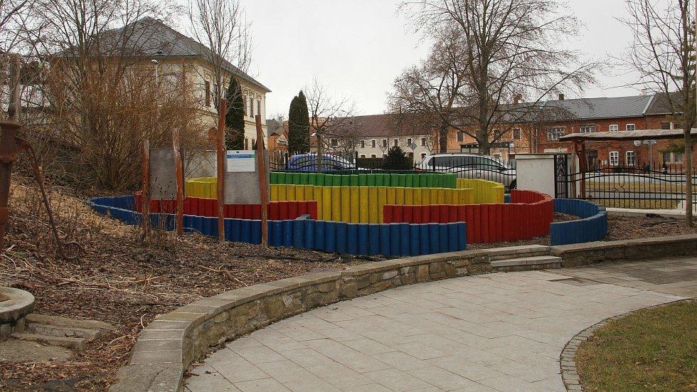 Barevné bludiště v areálu základní školy ve Slatinicích