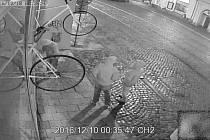 Policie uveřejnila záznamy z kamer v případu sprejrství v Olomouci z prosince.