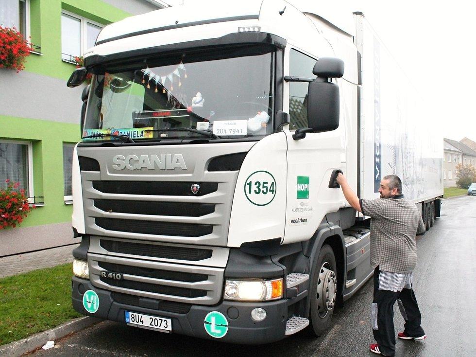 Šofér přijel do Olšan u Prostějova volit třicetitunovým kolosem.