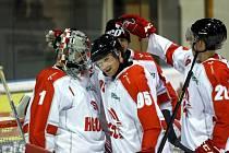 Mora (v červeno-bílém) porazila Litoměřice 6:0. Tomáš Halász, Matěj Pekr.