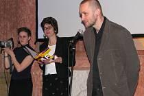 Ředitel festivalu Petr Bilík pod dohledem moderátorek Simony Babčákové a Johany Švarcové