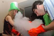Návštěvníci dostanou speciální rukavice a drží mísu. Barman pomocí tekutého dusíku vyrábí žádanou lahůdku.
