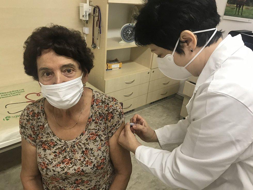 Začíná očkování proti chřipce. Praktická lékařka z Bohuňovic Jarmila Ševčíková aplikuje jednu z prvních dávek jednaosmdesátileté pacientce. 14. září 2020
