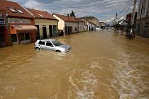 Zaplavené ulice města Obrenovac v Srbsku