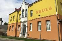 Základní škola v Dlouhé Loučce.