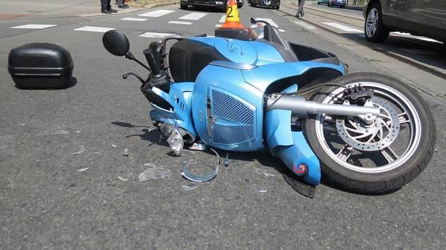 Srážka auta s motorkou v Palackého ulici v Olomouci