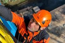 Profesionální hasiči - lezci využívají k výcviku vyhlídkovou věž v olomoucké zoo.