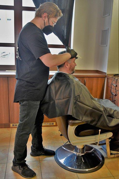 První zákazník v olomouckém barbershopu Capone po rozvolnění protiepidemických opatření, 3. 5. 2021