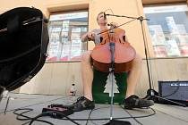 Pouliční umění v Olomouci - violoncellista Pavel Čadek