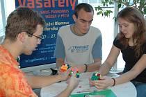 Soutěž ve skládání Rubikovy kostky.