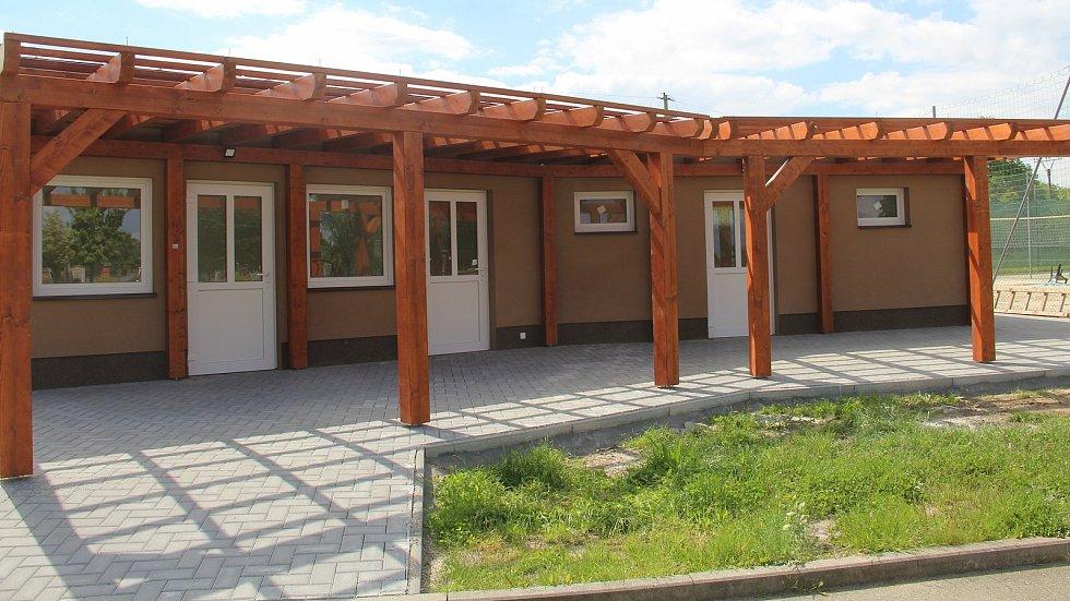 Nové zázemí pro sportovní areál u rybníka v Křelově. Místní tam budou mít k dispozici kuchyňku, šatny, sprchy a sociální zařízení.