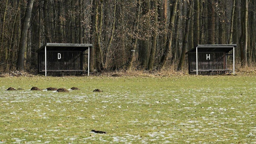 Fotbalové hřiště v Mladči. Zimní období i dlouhá herní pauza zaviněná pandemií koronaviru jsou na trávníků znát