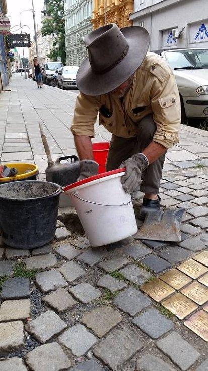 Pokládání Kamenů zmizelých (Stolpersteine) v Olomouci za účasti německého autora projektu Guntera Demniga.
