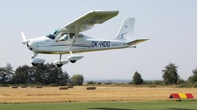 Přistávající letadlo zavadilo o jedoucí vůz