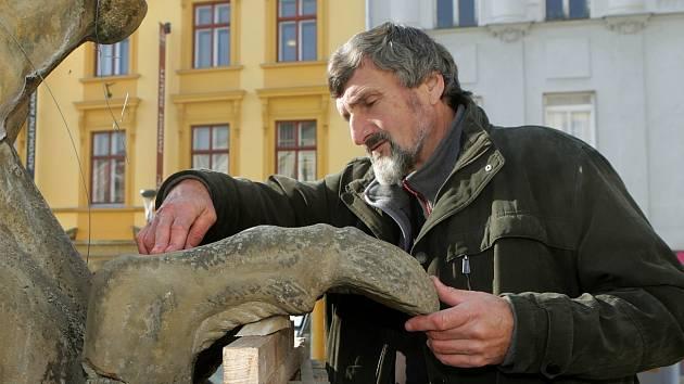 Ladislav Werkmann při práci na poškozené Neptunově kašně v Olomouci v roce 2014