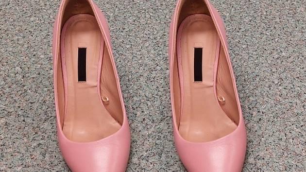 Mladá žena ukradla v pondělí dopoledne v olomouckém nákupním centru pár dámské obuvi. K její smůle byly obě boty pravé.