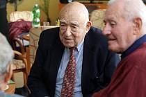 V rámci Dnů židovské kultury se setkal Hugo Marom (v saku), jedno z tzv. Wintonových dětí, a především vojenský letec a letecký instruktor z dob počátků izraelského státu, se svým tehdejším instruktorem, majorem Aloisem Mutňanským.