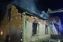Hasiči likvidují požár rodinného domu v Bouzově-Podolí, při kterém byla zraněna jedna osoba.
