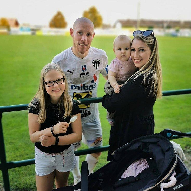 Jan Schulmeister v dresu rakouského SC Retz s manželkou a dcerami.