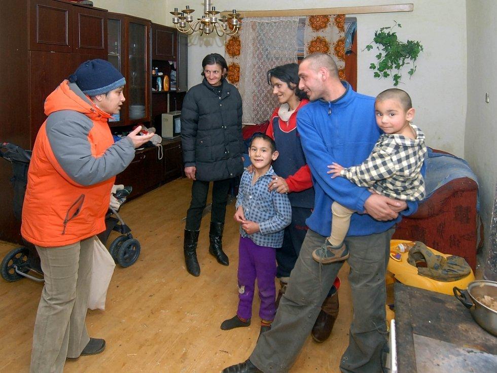 Předsedkyně Společenství Romů Jiřina Somsiová (vlevo) řeší s rodinou její problémy.